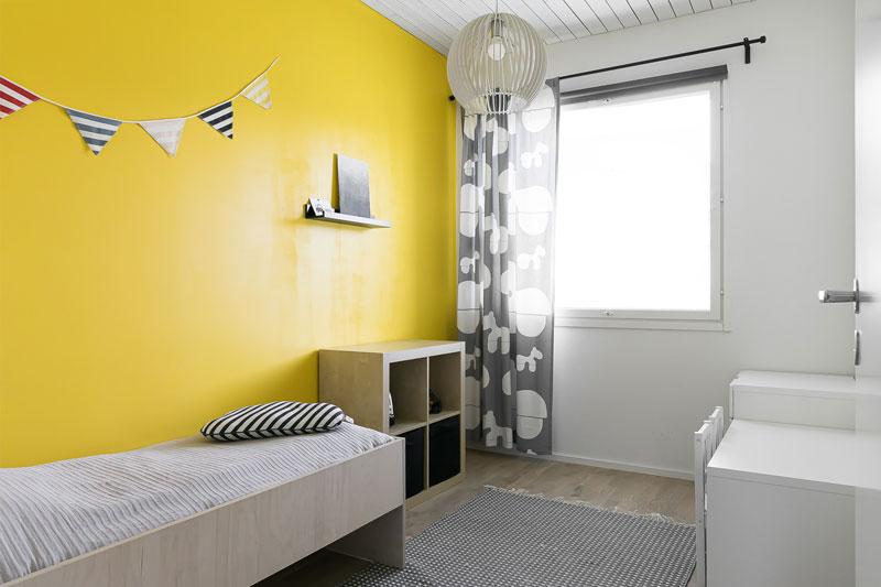 Lastenhuone, jossa on pirteät seinät